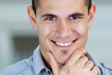 mosolygó fiatal férfi